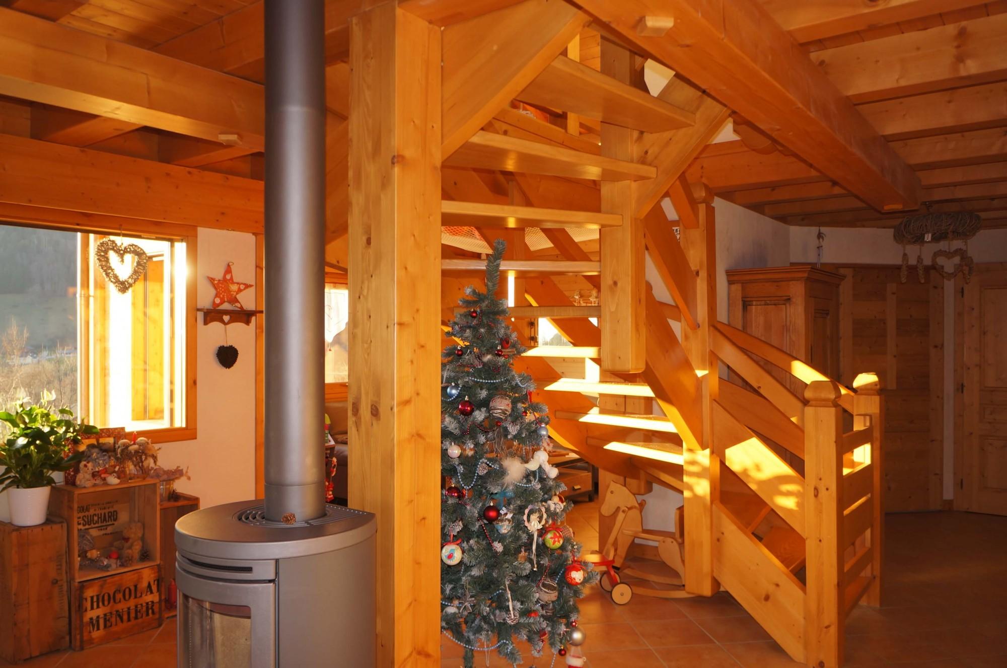 Int rieur chalet poteaux poutres avec filet vide sur for Interieur maison en bois