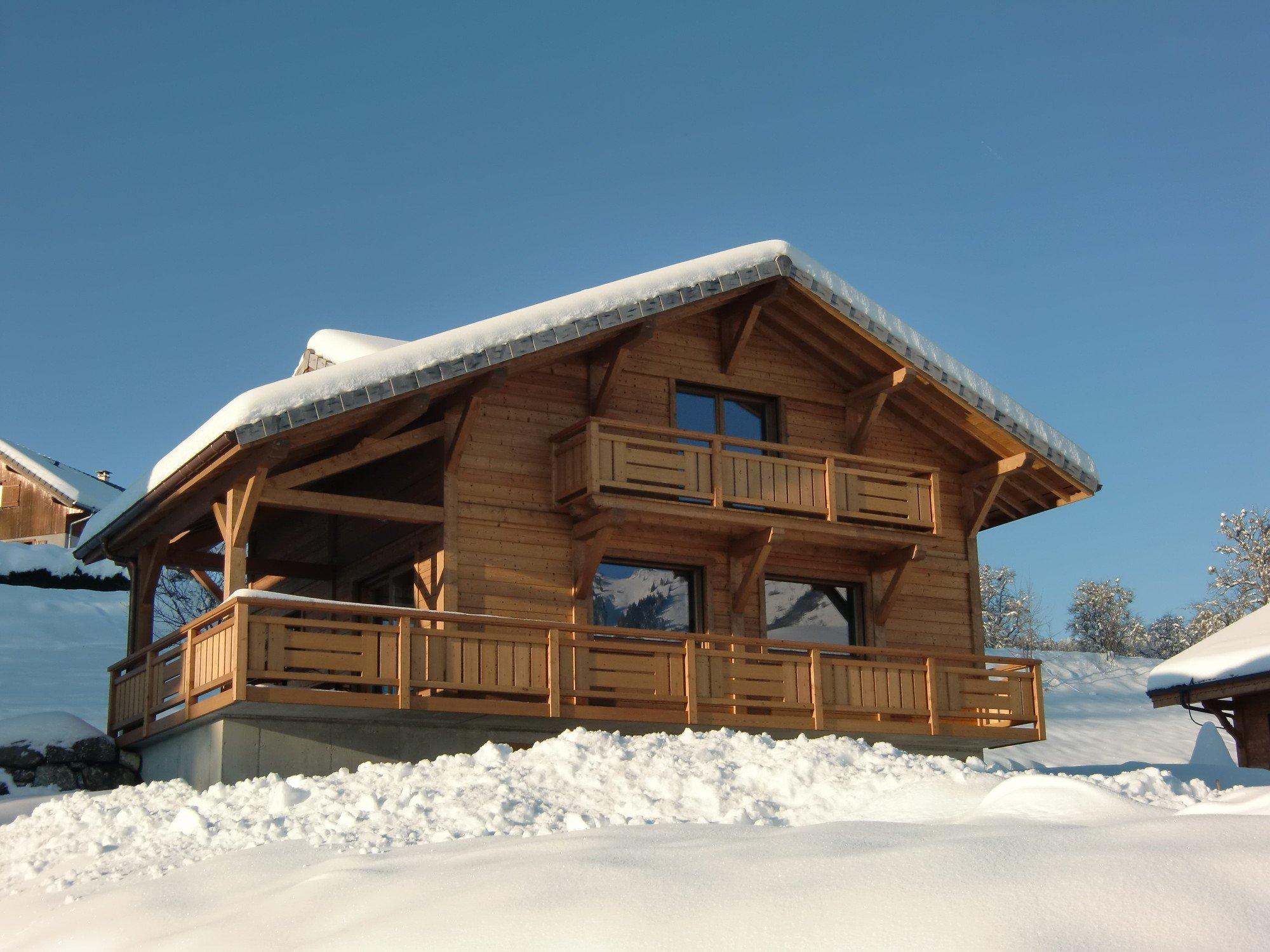 Grand chalet en bois dans la neige 3